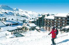 De Appartementen Belambra Cassiopée zijn ideaal gelegen in het gezellige centrum van Belle Plagne, direct aan de pistes en slechts 50 m van de skilift. Belle Plagne maakt deel uit van het immense, sneeuwzekere skigebied Paradiski. De appartementen liggen middenin Belle Plagne, een charmant skistation op 2050 m hoogte. Je herkent het aan het veelkleurige klokje en de autovrije straatjes. Onder in de residentie is een bakker en op ca. 100 m een kleine supermarkt.