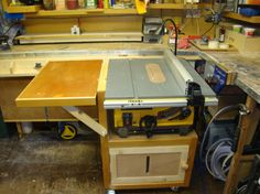 Table saw with extending leaf