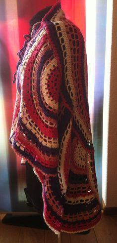 Omslagdoek gehaakt door @CentLovesColour van 468 g Xenos acrylgaren, 4 kleuren, haaknaald 5, Wheels of Fortune DROPS 152-43, echter in 4 kleuren en hele en elke halve cirkel in verschillende kleurvolgorde. Crochet poncho in circles. Spring 2016. @CentLovesColour