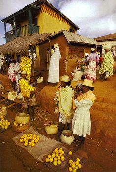 Un marché aux couleurs sublimes à Madagascar. Chaque pays où l'ont se rendra aura de merveilleuses choses à nous offrir alors, qu'attendons nous pour prendre l'avion? #market #madagascar