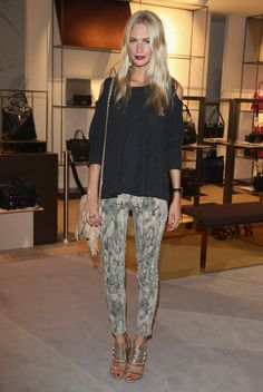 Poppy Delevingne wears a Camouflage Python-Print with Jumper (Zoe Jordan) and Glitter-Heels (Givenchy). Poppy Delevingne, Fashion Killa, Look Fashion, Fashion Outfits, Fashion Trends, Street Style, Floral Pants, Spring Looks, Printed Pants