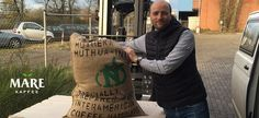 Es gibt Neues aus dem Hamburger Hafen zu berichten: Unser Kenia Kaffee aus unserem Projektdorf Muthuaini ist endlich eingetroffen. Nun geht's ab in unsere Rösterei und in wenigen Tagen könnt Ihr diesen ganz besonderen Kenia Kaffee in unserem Onlineshop kaufen.