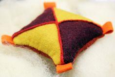 Miniworkshop i skarvsöm | designmadde Pin Cushions, Workshop, Textiles, Throw Pillows, Quilts, Diy, Inspiration, Pictures, Biblical Inspiration