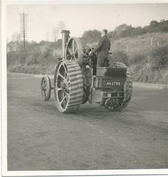 Traction engine on the move Vintage Tractors, Old Tractors, Vintage Farm, Agriculture Tractor, Farming, Agricultural Revolution, Steam Tractor, Classic Tractor, Steam Engine