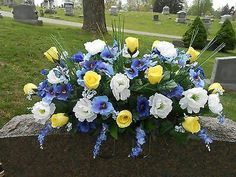 Grave Flowers, Cemetery Flowers, Diy Flowers, Flower Ideas, Memorial Gifts, Memorial Day, Wreaths For Funerals, Arrangements Funéraires, Cemetary Decorations
