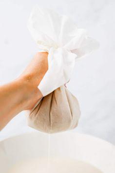 Hafermilch selber machen geht ganz einfach, schnell, und mit nur wenigen Zutaten! Lass mich dir zeigen, wie du dieses Hafermilch Rezept zu Hause machen kannst. #hafermilch #selbermachen #rezepte #ohnekochen #gesund #haferflocken #vegane #milch Nut Milk Bag, Soy Milk, Milk Recipes, Almond Recipes, Dairy Free Milk, Lactose Free, How To Make Oats, Healthy Milk