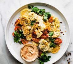 En été, on est à la recherche de légèreté et choisit de consommer moins de viande. Les alternatives ne manquent pas et le chou-fleur fait partie des plus appréciées. Mais la viande et le chou-fleur que peuvent-ils avoir en commun ? La réponse, c'est le steak de chou-fleur ! Potato Salad, Cauliflower, Potatoes, Vegetables, Ethnic Recipes, Meat, Sprouts, Searching, Cauliflowers