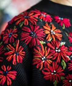 Basic Embroidery Stitches, Hand Embroidery Flowers, Embroidery On Clothes, Creative Embroidery, Embroidered Clothes, Embroidery Fashion, Hand Embroidery Patterns, Diy Embroidery, Embroidery Techniques