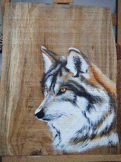Wolvenkop geschilderd  met acryl op een mooi stuk beukenhout door Ineke Nolles.