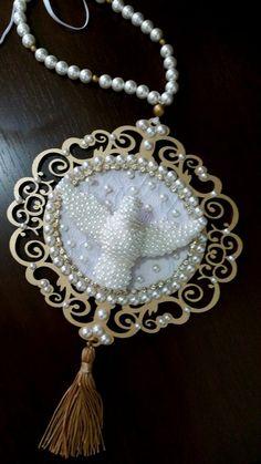 Terço de Berço com Pérolas - Divino Espírito Santo - 17 cm Shabby Chic Frames, Tassel Necklace, Pearls, Knitting, Jewelry, Diy And Crafts, Saints, Plaster Art, Felt Garland