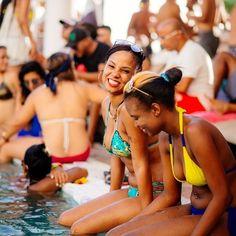 Durante as festas, pessoas do mundo inteiro escolhem a ilha feliz para terminar o ano em grande estilo, com música ao vivo em muitos bares e restaurantes, dançando nas pistas dos pubs locais ou tentando a sorte nos cassinos enquanto apreciam drinks que deixam as noites ainda mais inesquecíveis. Venha passar o seu melhor fim de ano em Aruba :D #FelizEmAruba