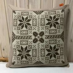 Pillow Embroidery, Cross Stitch Embroidery, Hand Embroidery, Cross Stitch Patterns Free Easy, Cross Stitch Designs, Weaving Patterns, Quilt Patterns, Cross Stitch Cushion, Cushion Cover Designs