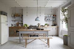 Cocina comedor en blanco y madera