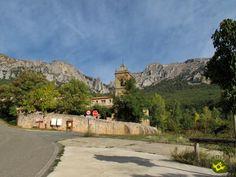 El Santuario de Nuestra Señora de Codés se asienta en el macizo montañoso más occidental de Navarra, en un entorno agreste y al cobijo del monte Yoar en el centro y las Dos Hermanas por la izquierda más la Concepción por la derecha