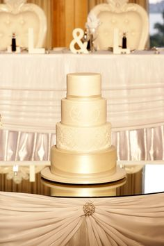 Ahhh -- now that's an elegant wedding cake! See the wedding on SMP: DeRay Simcoe Photography Amazing Wedding Cakes, Elegant Wedding Cakes, Wedding Cake Designs, Perfect Wedding, Dream Wedding, Wedding Day, Wedding Cake Inspiration, Mod Wedding, Fancy Cakes