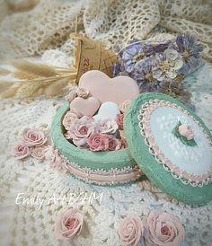 Rose box Rose Cookies, Cupcake Cookies, Sugar Cookies, Cookie Box, Cookie Icing, Cold Porcelain Flowers, Cookie Designs, Edible Art, Cute Cakes