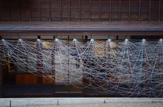 Akane Yorita, The Catenary Drawing, 180x1400x10cm, rayon threads, 2017 at The Sculpture Festival in Kanazawa (detail)