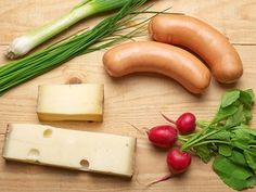 Wurstsalat mit Cervelat: insalata di Servelat con formaggio, rapanelli, porro ed erba cipollina.