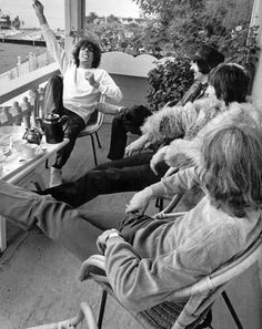 Syd Barrett clowns it up with the rest of The Pink Floyd on a porch in San Francisco. Taken during their disastrous first North American tour. David Gilmour, Julia Roberts, Great Bands, Cool Bands, Kurt Cobain, Musica Punk, Richard Wright, Mozart, Psychedelic Music