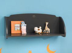 Ayez tout à portée de main en plaçant cette étagère murale au dessus de la commode avec son plan à langer amovible !