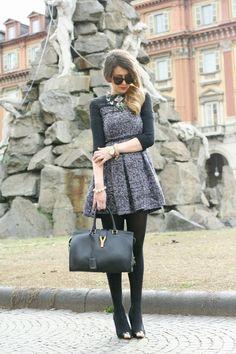 Parita paksusta kankaasta tehty mekko mustiin sukkahousuihin ja siroihin kenkiin - talven mekkotyyli on valmis!