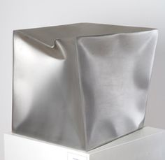 Ewerdt Hilgemann, imploded cube, 2001, Edelstahl, 45 x 45 x 45 cm. Foto: Frank Hasenstein, Ebersold GmbH