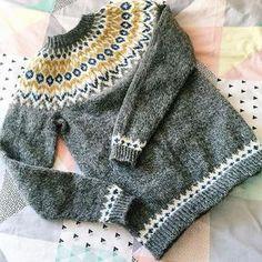 Ravelry: girlswears Riddari (Icelandic souvenir) for Elsie Fair Isle Knitting, Knitting Yarn, Knitting Designs, Knitting Projects, Icelandic Sweaters, Nordic Sweater, Creative Knitting, Knit Crochet, Crochet Cats