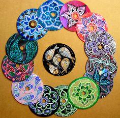 Mandalas hechos sobre cds reciclados, pintados a mano. Técnicas mixtas.