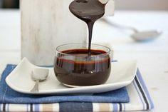 Glaseado de chocolate brillante y perfecto