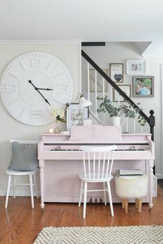 A pink piano! Spring Home Decor Ideas- Living Room with Painted Piano Retro Home Decor, Unique Home Decor, Cheap Home Decor, Diy Home Decor, Piano Room Decor, Home Decor Bedroom, Living Room Decor, Dining Room, Pianos Peints