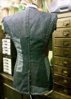 tips for training plan Beautiful bespoke tweed tailoring. Mens Tailored Suits, Tailored Jacket, Couture Sewing Techniques, Tailoring Techniques, Fashion Details, Fashion Design, Bespoke Tailoring, Apparel Design, Textiles