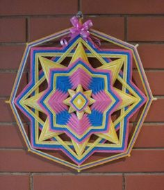 MANDALAS SAGRADAS  La Llama Trina es la unión de tres llamas: azul, dorado, rosa. La energía azul representa el Poder y la Fuerza de Dios ; la Dorada, la Sabiduría o Divina Iluminación ; la Rosa, el Puro Amor Divino. Estas tres actividades son los tres Aspectos Divinos presentes en todas las cosas. El perfecto equilibrio de estas Tres Cualidades Divinas es muchas veces llamado ' el Poder de Tres Veces tres '. Llama Trina, Mandala Yarn, Gods Eye, Mexican Art, Interior Design Living Room, Weaving, Nail Art, Flowers, Crafts