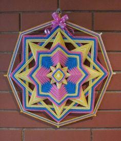 MANDALAS SAGRADAS  La Llama Trina es la unión de tres llamas: azul, dorado, rosa. La energía azul representa el Poder y la Fuerza de Dios ; la Dorada, la Sabiduría o Divina Iluminación ; la Rosa, el Puro Amor Divino. Estas tres actividades son los tres Aspectos Divinos presentes en todas las cosas. El perfecto equilibrio de estas Tres Cualidades Divinas es muchas veces llamado ' el Poder de Tres Veces tres '.