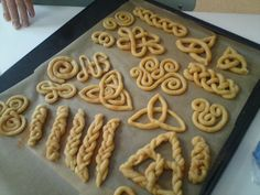 Celtic bread knotwork for Saint Patrick's Day, grade Norse mythology, form drawing by oldrose Celtic Food, Good Food, Yummy Food, Irish Recipes, Syrian Recipes, Kitchen Witch, Snacks, Baked Goods, The Best