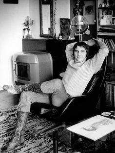 Acteur Willem Nijholt zit ontspannen in een draaistoel, Nederland circa 1970. Hij draagt versierde laarzen. Memories, Holland, Actors, Retro, People, Vintage, Nostalgia, Kunst, Memoirs