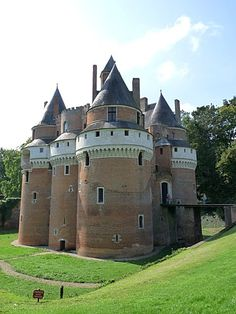 The century Château de Rambures environ in Rambures, Picardie, France. Big hulking mass in a beautiful green setting. Chateau Medieval, Medieval Castle, Castle Ruins, Castle House, Wonderful Places, Beautiful Places, Beau Site, French Castles, Old Houses