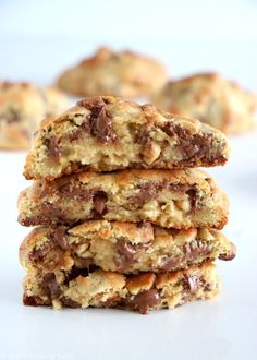 World's Best Cookie Alert! Bake it like NY's Levain Bakery: a giant, thick cookie, crispy golden brown on the outside with a soft gooey center inside. To die for! Food Cakes, Tea Cakes, Baking Recipes, Cookie Recipes, Dessert Recipes, Levain Cookie Recipe, Levain Cookies, Delicious Desserts, New York Cookies