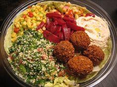Piattone unico di cucina araba: Falafel, Humus, Tabulè e pane pita.