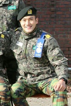 Siwon in his military garb! Love a man in uniform.