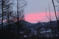 山の奥から朝日が昇る。