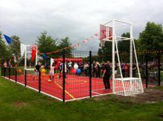De feestelijke opening in de gemeente Slochteren, met burgemeester en wethouders en de aanvoerder van Oranje http://www.skwshop.nl/voetbal/pannaveld-basketbalcombi