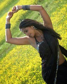 Wallpaper Trip: Anushka in Black Saree Stunning Hot Pics