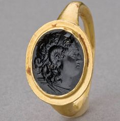 Hellenistic Gold Ring with Onyx Intaglio (100 BC - 0).Head of deified Alexander the Great wearing Horn of Ammon