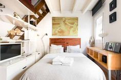 2020 - Gehele woning/appartement voor Unwind on the balcony of a building in the heart of the Barcelona's oldest district. Enjoy open-plan, loft-style living with neutral d. Airbnb Design, Ottoman Decor, Style Loft, Destinations, Appartement Design, Apartment Interior Design, One Bedroom, New Homes, House Design
