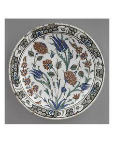 Plat aux tulipes bleues et fleurs jaunes - Musée national de la Renaissance (Ecouen)
