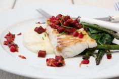 I dag står det skrei på menyen. Deilig norsk, god skrei, med fint hvitt fiskekjøtt – som flaker seg bare du setter øynene på den. En kjær favoritt, som her har fått selskap med en smaksrik pølse…