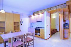 Appartamento Fiume situato al 2° piano (servito da ascensore) -  monolocale settoriato con zona notte matrimoniale/doppia, zona giorno con divano letto 2 posti, angolo cottura, balcone lato ovest (davanti), bagno con doccia.