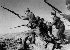 Soldados republicano haciendo una carga a bayoneta en la Batalla del Ebro.