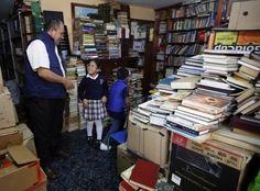 Son histoire fait doucement le tour du Web et séduit tout le monde sans exception. José Gutierrez a 52 ans et vit à Bogota, en Colombie. Là-bas, il est éboueur et est surnommé « Le Roi des livres ».     Depuis près de quinze ans, il prend soin de repérer les livres jetés dans les poubelles des quartiers chics de la capitale colombienne pour en faire profiter les enfants défavorisés de son quartier.     « Ce que je fais n'a rien d'exceptionnel et devrait exister dans tous les quartiers de…