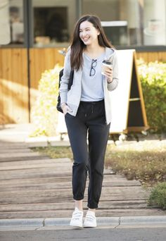 New How To Wear Joggers Outfits Casual Street Styles Ideas Casual Work Outfits, Simple Outfits, Chic Outfits, Trendy Outfits, Trendy Fashion, Korean Fashion, Fashion Outfits, Casual Clothes, Fashion Women